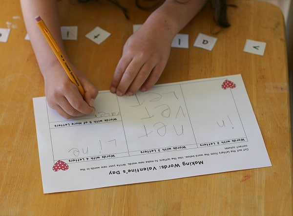 Valentine's Day Themed Making Words Lesson (Free Printable)~ Buggy and Buddy