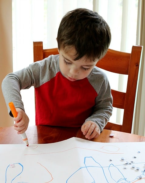 Toddler drawing cirlces